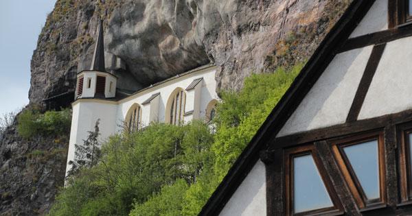 Die Felsenkirche, errichtet 1482-1484 durch Wyrich IV. von Daun-Oberstein in einer Felsniche der hoch aufragenden natürlichen Felswand.